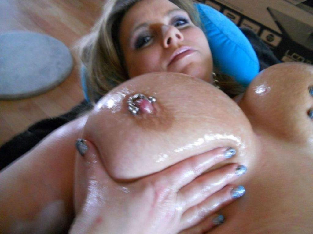 Riesentitten mit Piercing